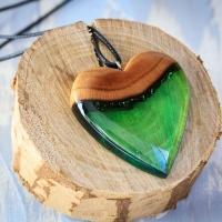"""""""Serce lasu"""" - wisiorek w kształcie serca wykonany z żywicy epoksydowej i drewna orzecha.  Chyba najładniejszy, który wykonałem do tej pory a serduszek to najładniejszy! #tawandapl #resinart #resin #resinjewellery #resinjewelry #resinart #resinandwood #resinandwoodjewelery #handmadejewelry #handmadejewellery #kraków #krakow #gervee #tawanda"""
