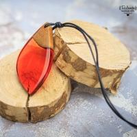 """TaWanda prezentuje wisiorek z żywicy epoksydowej i drewna orzecha z serii """"Liście"""". Ręcznie wykonany.  Do dostania w sklepie https://sklep.tawanda.pl (serdecznie zapraszam do odwiedzin)  #żywicaidrewno #tawandapl #resinart #resin #resinandwood #resinandwoodjewelery #handmadejewelry #handmadejewellery #kraków #krakow #gervee #tawanda #jewellery #artresin #diyresin #pendant #wisiorek #wood #rękodzieło #handmade #woodandresin #drewno #biżuteria #żywica #resinshoppl #shopresinpl #sklep #drewnoiżywica #kolczyki #wkrętki"""