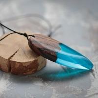 Wisiorek od https://www.facebook.com/TaWandaPL  Zabarwiona na niebiesko żywica epoksydowa i drewno egzotyczne. Kształt wycinany ręcznie - to nie odlew z formy.  Drewno zabezpieczone olejem lnianym.   Zakup możliwy a polubienie profilu nie mniej pożądane :)  https://sklep.tawanda.pl lub https://allegro.pl/uzytkownik/TaWandaPL/sklep  #tawandapl #tawanda #gervee #resinandwood #żywicaidrewno #zywicaidrewno #artjewellery #handmade