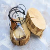 Wisiorek z bezbarwnej krystalicznej żywicy epoksydowej w połączeniu z drewnem orzecha. Od środka widoczne dekoracyjne przypalenia. Zawieszony na czarnym, nylonowym sznurku z możliwością regulacji.  Zapraszam do odwiedzin sklep.tawanda.pl  #żywicaidrewno #tawandapl #resinart #resin #resinandwood #resinandwoodjewelery #handmadejewelry #handmadejewellery #kraków #gervee #tawanda #jewellery #artresin #diyresin #pendant #wisiorek #wood #rękodzieło #handmade #woodandresin #drewno #biżuteria #żywica #resinshop #shopresin #sklep #drewnoiżywica #kolczyki #wkrętki